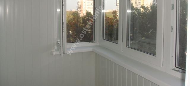 chem-obshit-balkon-iznutri-plast_vagonka